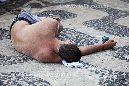 Assunto: Homem alcoolizado dormindo no calçadão da Praia de Ipanema / Local: Ipanema - Rio de Janeiro (RJ) - Brasil / Data: 02/2013