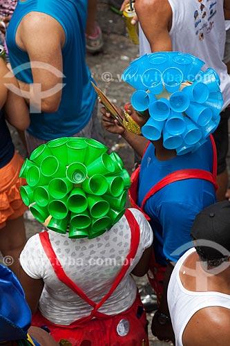 Assunto: Foliões com peruca feita utilizando copos de plástico reciclados / Local: Olinda - Pernambuco (PE) - Brasil / Data: 02/2013