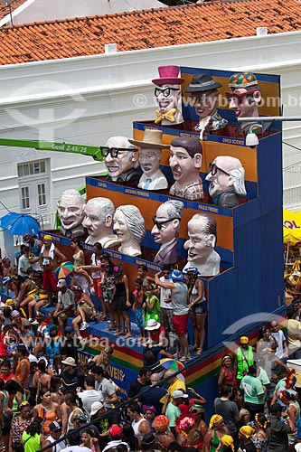 Praça Monsenhor Fabricio - também conhecida como Praça ou Largo da Prefeitura - durante o carnaval com bonecos gigantes em homenagem à personalidades nascidas no Estado, como Chacrinha, Mestre Salustiano, Chico Science, Paulo Freire, Gilberto Freyre e Manuel Bandeira   - Olinda - Pernambuco - Brasil