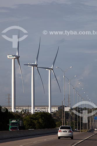 Aerogeradores (energia eólica) as margens da Rodovia BR-101 - Programa de Incentivo as Fontes Alternativas de Energia Eólica (PROINFA) - Parceria da Suzlon com a IMPEL do Brasil   - Alhandra - Paraíba - Brasil