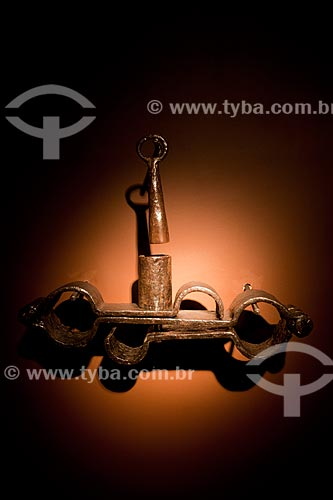 Vira-Mundo (Século XIX) - instrumento de tortura em ferro fundido utilizado para imobilizar escravos - Exposição permanente na Fundação Joaquim Nabuco, Campus Gilberto Freyre (Uso cultural)   - Recife - Pernambuco - Brasil
