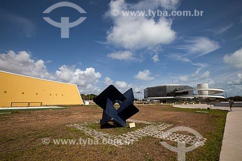 Escultura Sinergia - de Sidney Azevedo - nos jardins da Estação Cabo Branco - também conhecida como Estação Ciência, Cultura e Artes - com o Auditório e a Torre Mirante ao fundo   - João Pessoa - Paraíba - Brasil
