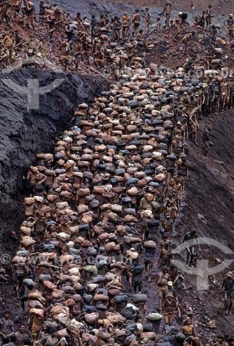 Assunto: Trabalhadores carregando sacos de areia no garimpo de Serra Pelada - considerado o maior garimpo a céu aberto do mundo na década de 80 / Local: Distrito de Serra Pelada - Curionópolis - Pará (PA) - Brasil / Data: Década de 80