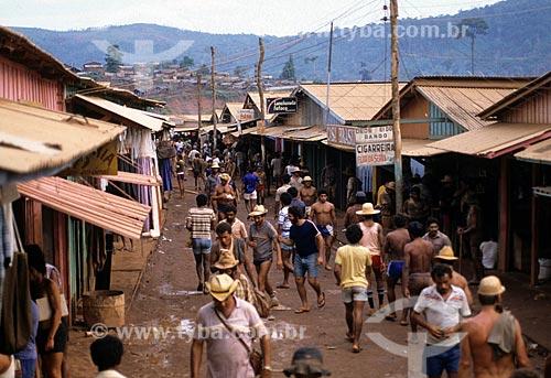 Assunto: Pessoas andando em rua comercial próximo ao garimpo de Serra Pelada / Local: Distrito de Serra Pelada - Curionópolis - Pará (PA) - Brasil / Data: Década de 80