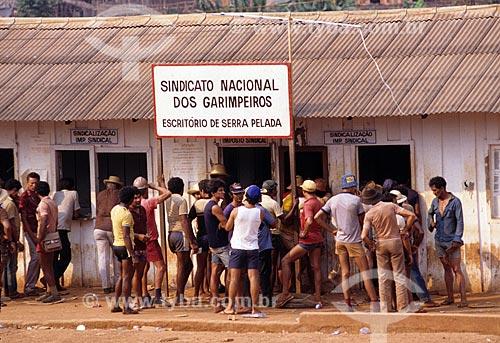 Assunto: Trabalhadores pagando o imposto sindical ao Sindicato Nacional dos Garimpeiros / Local: Distrito de Serra Pelada - Curionópolis - Pará (PA) - Brasil / Data: Década de 80