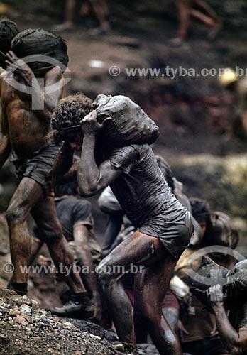 Assunto: Trabalhador carregando saco de areia no garimpo de Serra Pelada - considerado o maior garimpo a céu aberto do mundo na década de 80 / Local: Distrito de Serra Pelada - Curionópolis - Pará (PA) - Brasil / Data: 1984