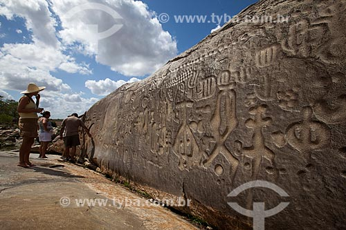 Assunto: Turistas observam a Pedra do Ingá - também conhecida como Itacoatiaras de Ingá - no Sítio Pedra Lavrada / Local: Ingá - Paraíba (PB) - Brasil / Data: 02/2013