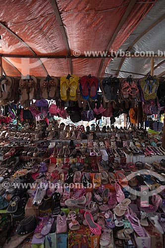 Assunto: Barraca com calçados à venda na feira livre da cidade de Guarabira / Local: Guarabira - Paraíba (PB) - Brasil / Data: 02/2013