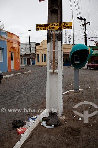 Assunto: Lixo embaixo de uma placa com o dizeres proibido jogar lixo neste local / Local: Areia - Paraíba (PB) - Brasil / Data: 02/2013