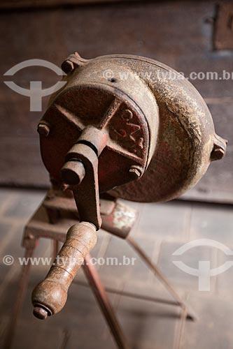 Folheadeira de matar formiga - instrumento para controle de pragas sem o uso de pesticida tendo com base no lançamento de fumaça no formigueiro - em exposição no Museu do Brejo Paraibano - também conhecido como Museu da Rapadura - da Universidade Federal da Paraíba   - Areia - Paraíba - Brasil