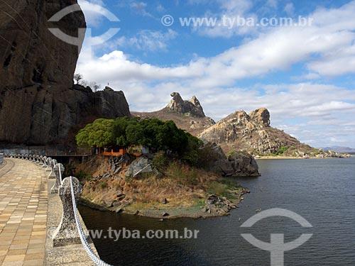 Assunto: Açude do Cedro com a Pedra da Galinha Choca ao fundo / Local: Quixadá - Ceará (CE) - Brasil / Data: 04/2013