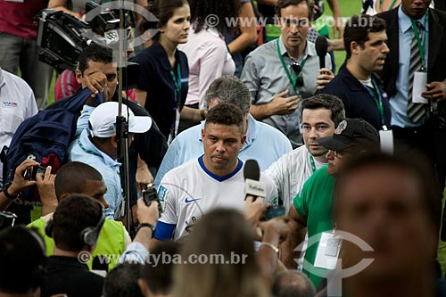 Jogador Ronaldo saindo de campo durante o evento-teste do Maracanã - jogo entre amigos de Ronaldo Fenômeno x amigos de Bebeto que marca a reabertura do estádio  - Rio de Janeiro - Rio de Janeiro - Brasil