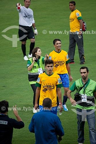 Assunto: Bebeto e seu filho - Mattheus - saindo de campo durante o evento-teste do Estádio Jornalista Mário Filho - também conhecido como Maracanã / Local: Maracanã - Rio de Janeiro (RJ) - Brasil / Data: 04/2013