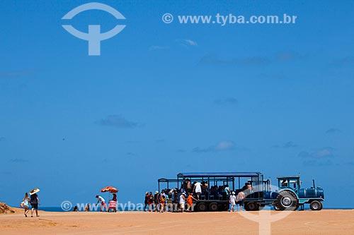 Assunto: Turistas em veículo adaptado para o turismo conhecido como tratrem, no alto da falésia conhecida como Mirante do Chapadão  / Local: Distrito de Pipa - Tibau do Sul - Rio Grande do Norte  (RN) - Brasil / Data: 03/2013