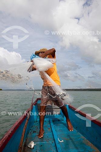 Assunto: Pescador lançando rede de pesca na Lagoa de Guaraíras, conhecida como Lagoa do Tibau  / Local: Distrito de Pipa - Tibau do Sul - Rio Grande do Norte (RN) - Brasil / Data: 03/2013
