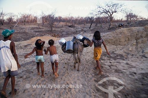 Crianças indo buscar água no açude  - Quixadá - Ceará - Brasil