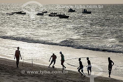 Assunto: Jovens jogando futebol na praia / Local: Caiçara do Norte - Rio Grande do Norte (RN) - Brasil / Data: 03/2013