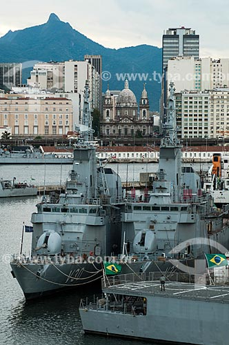 Assunto: Navios da Marinha do Brasil com Espaço Cultural da Marinha (ECM), Igreja da Candelária e prédios ao fundo / Local: Rio de Janeiro (RJ) - Brasil / Data: 12/2001