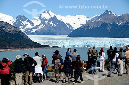Assunto: Turistas admirando a paisagem do Lago Argentino com o Glaciar Perito Moreno (Geleira Perito Moreno) ao fundo à partir do Mirador de Los Suspiros / Local: Província de Santa Cruz - Argentina - América do Sul / Data: 01/2012