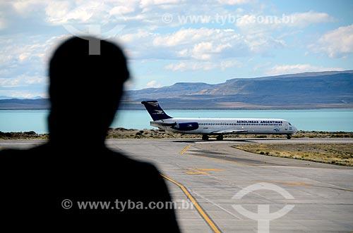 Assunto: Pessoa observando avião no Aeroporto Internacional Comandante Armando Tola (2000) - também conhecido com Aeroporto de El Calafate / Local: Província de Santa Cruz - Argentina - América do Sul / Data: 01/2012