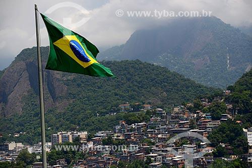 Assunto: Bandeira do Brasil hasteada com e Morro Chapéu Mangueira ao fundo / Local: Leme - Rio de Janeiro (RJ) - Brasil / Data: 02/2013
