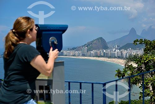 Assunto: Mulher observando a orla através de um binóculo a partir do Forte Duque de Caxias - também conhecido como Forte do Leme / Local: Leme - Rio de Janeiro (RJ) - Brasil / Data: 02/2013