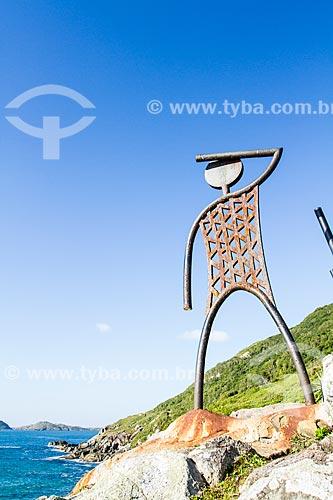 Assunto: Escultura metálica que representa uma família de antigos habitantes no costão que separa a Praia do Santinho da Praia do Moçambique / Local: Florianópolis - Santa Catarina (SC) - Brasil / Data: 06/2013
