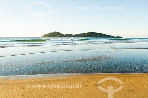 Assunto: Praia do Campeche ao amanhecer com a Ilha do Campeche ao fundo / Local: Florianópolis - Santa Catarina (SC) - Brasil / Data: 06/2013