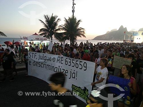 Assunto: Faixa pedindo a descriminalização da maconha durante a Marcha da Maconha na Avenida Vieira Souto - foto feita com celular Samsung Galaxy S3 / Local: Ipanema - Rio de Janeiro (RJ) - Brasil / Data: 05/2013
