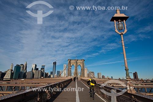 Assunto: Ciclista atravessando a Ponte do Brooklyn (1883) / Local: Nova Iorque - Estados Unidos da América - EUA / Data: 01/2013