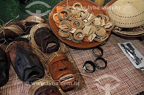 Assunto: Artesanato indígena em madeira e palha - máscaras,  pulseiras e brincos / Local: Parintins - Amazonas (AM) - Brasil / Data: 06/2013
