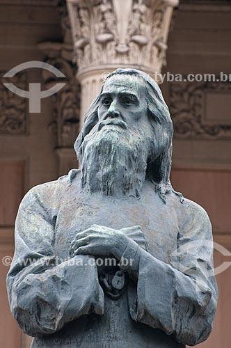 Escultura de Joaquim José da Silva Xavier (Tiradentes) - 1926 - com a Assembléia Legislativa do Estado do Rio de Janeiro (ALERJ) ao fundo  - Rio de Janeiro - Rio de Janeiro - Brasil
