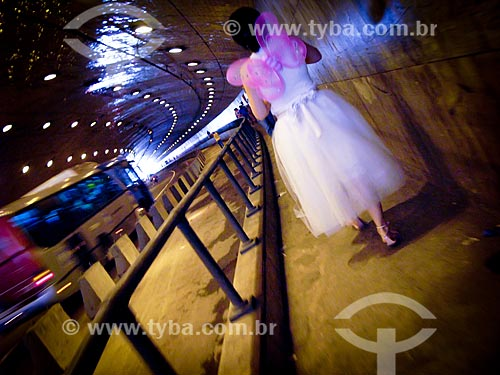 Assunto: Menina com fantasia caminhando em passagem destinada a pedestres no Túnel Novo / Local: Rio de Janeiro (RJ) - Brasil / Data: 02/2008