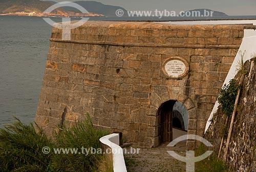 Muro com placa com a marca do imperador Dom Pedro II na entrada do Forte São José na Fortaleza de São João  - Rio de Janeiro - Rio de Janeiro - Brasil