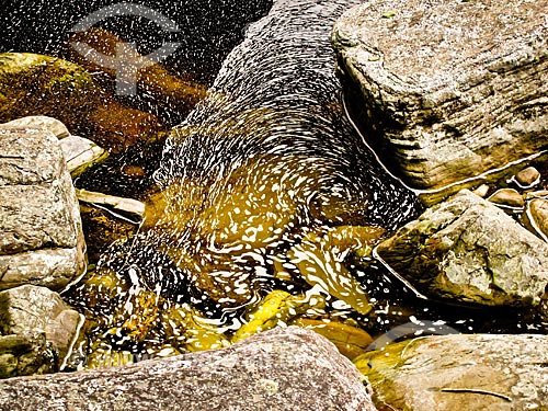 Assunto: Espuma acumulada entre as pedras do rio / Local: Lima Duarte - Minas Gerais (MG) - Brasil / Data: 10/2010