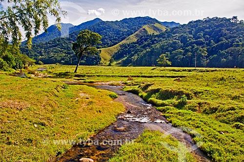 Assunto: Vista de paisagem com riacho no interior do Rio de Janeiro / Local: Distrito de Aldeia Velha - Silva Jardim - Rio de Janeiro (RJ) - Brasil / Data: 06/2013