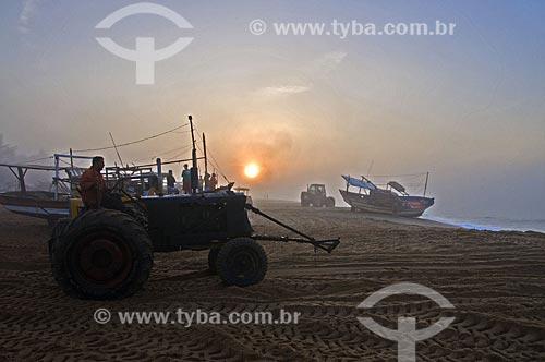 Tratores na areia da Praia de Farol de São Thomé - Pescadores utilizam tratores para puxar e empurrar as embarcações do mar para a areia por não possuírem porto para o atracamento dos barcos  - Campos dos Goytacazes - Rio de Janeiro - Brasil