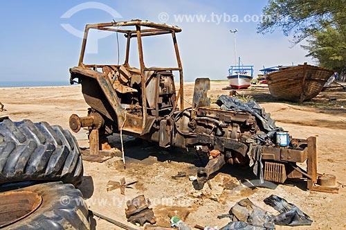 Assunto: Carcaça de trator enferrujada na praia de Farol de São Thomé / Local: Farol de São Thomé -  Campos dos Goytacazes - Rio de Janeiro (RJ) - Brasil / Data: 06/2013