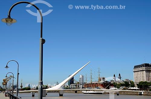 Vista da Puente de la Mujer (Ponte da Mulher) com o Buque Museo Fragata ARA Presidente Sarmiento (Navio Museu Fragata Presidente Sarmiento) ao fundo  - Buenos Aires - Argentina