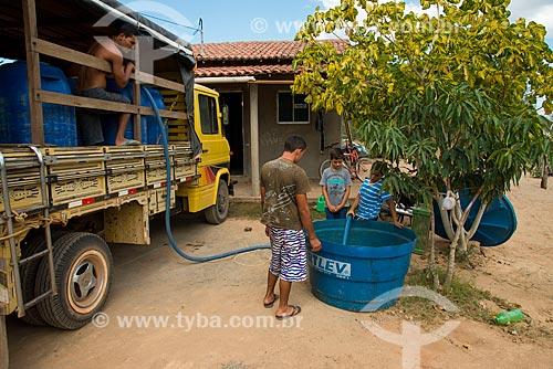 Índios da Etnia Kapinawá na aldeia Malhador recebendo caminhão de água - Terra Indígena Kapinawá no Parque Nacional do Catimbau -  Imagem licenciada -  ACRÉSCIMO DE 100% SOBRE O VALOR DE TABELA  - Buíque - Pernambuco - Brasil