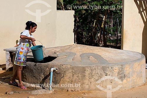 Assunto: Mulher da etnia Kapinawá da comunidade ou aldeia Caldeirão pegando água em cisterna - imagem licenciada -  ACRÉSCIMO DE 100% SOBRE O VALOR DE TABELA / Local: Buíque - Pernambuco (PE) - Brasil / Data: 06/2013