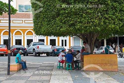 Assunto: Pessoas jogando baralho na Praça Dom José Lopes / Local: Pesqueira - Pernambuco (PE) - Brasil / Data: 06/2013