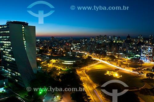 Vista aérea do Monumento aos Açorianos (1974) com o Centro Administrativo do Estado do Rio Grande do Sul (CAERGS) - também conhecido como Centro Administrativo Fernando Ferrari - e a Avenida Borges de Medeiros  - Porto Alegre - Rio Grande do Sul - Brasil