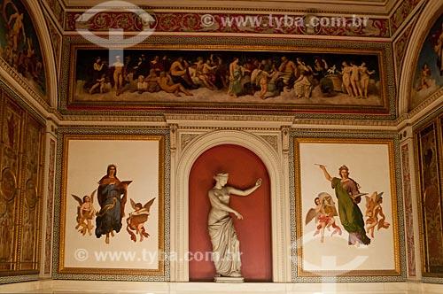 Decoração no hall de escadaria entre o 1º e o 2º andar do  Museu da República - antigo Palácio do Catete - com uma estátua da Afrodite de Cápua - estátua em metal pintado cópia da estátua que se encontra no Museu Arqueológico de Nápoles  - Rio de Janeiro - Rio de Janeiro - Brasil