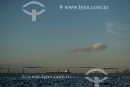 Assunto: Navio na Baía de Guanabara com a Ponte Rio-Niterói (1974) ao fundo / Local: Rio de Janeiro (RJ) - Brasil / Data: 02/2013