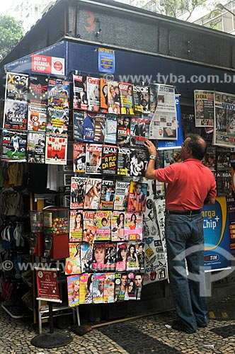 Assunto: Homem lendo as capas de revistas expostas na banca de jornal / Local: Copacabana - Rio de Janeiro (RJ) - Brasil / Data: 10/2011