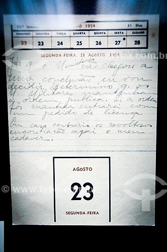 Anotação feita por Alzira Vargas durante a última reunião ministerial, registrando a decisão de Getúlio Vargas de se licenciar da Presidência da República em exposição no Quarto de Getúlio Vargas do Museu da República - antigo Palácio do Catete  - Rio de Janeiro - Rio de Janeiro - Brasil