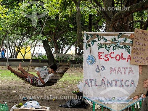 Assunto: Homem lendo jornal na rede durante a Cúpula dos Povos enquanto aguarda inscrições para atividade da Escola da Mata Atlântica / Local: Flamengo - Rio de Janeiro (RJ) - Brasil / Data: 06/2012