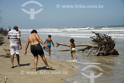 Assunto: Família no litoral da Ilha Comprida - Boqueirão Norte - próximo à pinheiro derrubado pelo avanço do mar / Local: Ilha Comprida - São Paulo (SP) - Brasil / Data: 11/2012