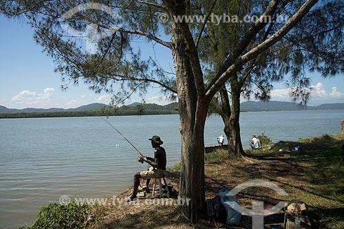 Assunto: Pescadores às margens do Mar Pequeno / Local: Ilha Comprida - São Paulo (SP) - Brasil / Data: 11/2012